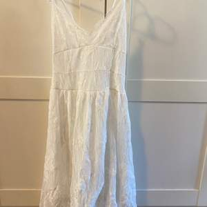 Söt basic vit spetsklänning, på ryggen finns det snöring så kan både bli mindre & större i storleken. Perfekt sommarklänning. Oanvänd. Storlek M. Frakten står jag för🌸