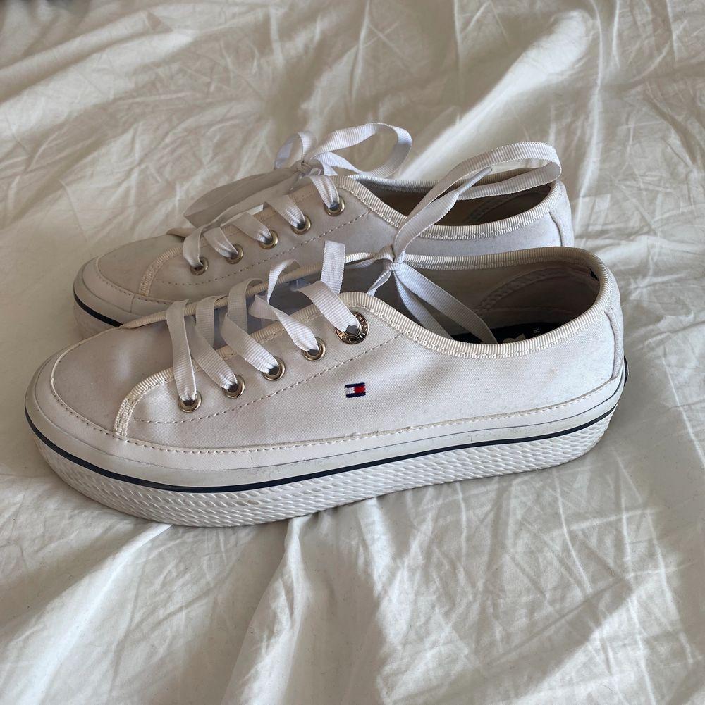 Skor från Tommy hilfiger storlek 36 använda typ 3 gånger (står ej för frakten)🤍. Skor.
