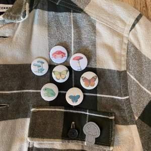 Älskar dessa superfina vintage-looking cottage core pinsen 🍄🌱 Fina på väskan eller jackan! 🌻 Säljer dem för 10:- styck så 70:- för alla. Frakten blir 12:- (PostNord brev) och samfraktar allt på profilen. 🍄🦎 Skriv till oss om ni har några frågor, vi gör även custom beställningar på pins med er egna designs eller bilder 🦋