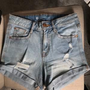 Säljer dessa ljusblåa super snygga shorts med slitning i strl 36, för att de är försmå. Använda max 2 gånger. Bra skick! 💞