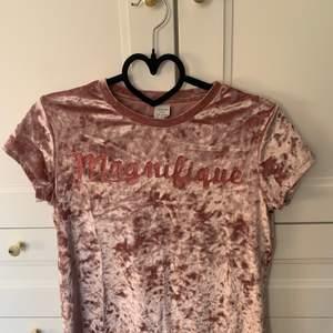 """En cool t-shirt i glansigt material och tryck """"Magnifique"""" i storlek 146/152 som en XS/S. 💕 Från Lindex. Aldrig använd endast testad. Säljer för 40 kr + frakt. 💖"""