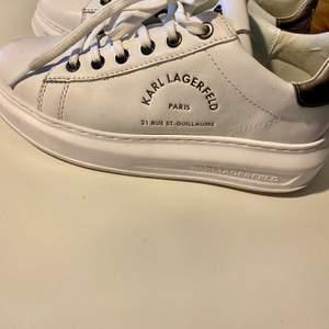 Mina nya skor kom inte till användning därför väljer jag att sälja dom, använda 3 gånger. Stolek 38!!⚡️ köpta för 2000kr