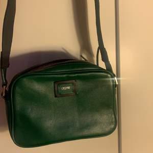 Bästa gröna väskan som rymmer allt det viktigaste!! Köpt för ca 1år sen, använd men i bra skick!