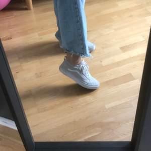 Snygga vans sneakers med reflex på sidan, kommer inte till användning därför säljer jag dem, storlek 38.5 men jag har 38 och de fungerar jättebra