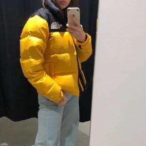 The North Face Nuptse Jacka i gul. Köptes förra vintern, knappt ett år gammal. Säljer för jag köpt en ny jacka <3