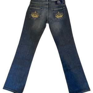 Lågmidjade Victoria Beckham jeans. Det står ingen storlek men skulle uppskatta storlek 36-38. Skriv för fler bilder eller frågor. Köparen står för frakten☺️☺️