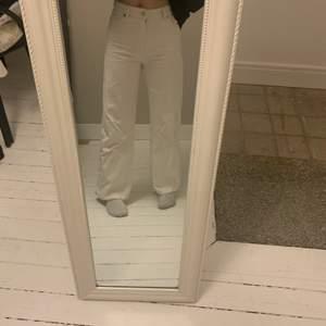 Säljer dessa jättesnygga ljusbeiga jeans från monki för att de inte kommer till användning. Använda ett fåtal gånger och är i väldigt bra skick. Köptes för 400kr❤️