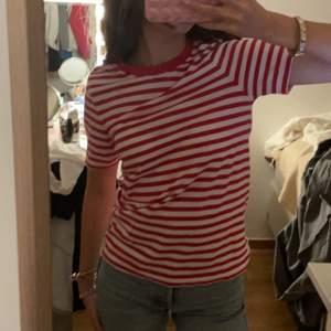 Röd, vit randig tröja från Arket❤️ Nyskick och super kvalitet!! 120kr+frakt. Storlek XS. Skriv vid intresse eller frågor!!❤️❤️💋😚