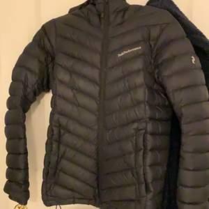 BUD 950kr JUST NU)  Jätte fin peak jacka i färgen svart. Endast använd en vinter. Den sitter så fint på kroppen älskar formen på jackan. Storlek s men passar även som xs skulle jag säga. Säljer jackan för att jag har skaffat en ny. Pris kan diskuteras🖤😊 ny pris (2800kr)