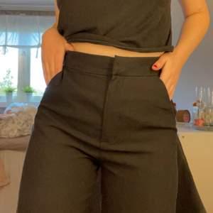 Jag är 160cm!! Kostymbyxor med slits från H&M. Knappt använda. Slits längst ner på byxbenet. Frakt tillkommer. Det är en storlek 36 men passar också mig som vanligtvis har storlek 34. Om många intresserade blir det budgivning