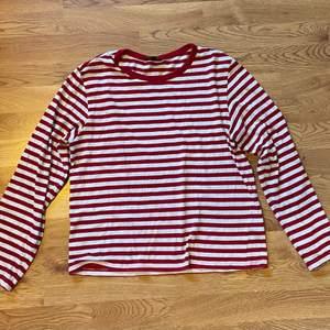 Vit och röd randig tröja från monki! Frakt tillkommer 💘