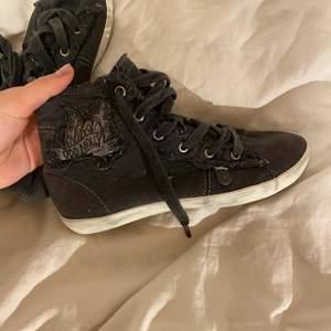 ÅHH gör snygga skor från OddMolly🖤 dehär är såå snygga och mycket använda men nu blivit för små så bäst att sälja🤩 Fortfarande i riktigt bra skick😊 säljs för högsta bästa bud eller KÖP DIREKT FÖR 1100!⚡️