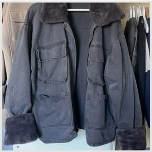Säljer min fina jeans jacka som jag älskar men tyvärr inte andvänder längre! Så snygg till klänning för att vara fin eller bara till jeans, även snyggt att den är lite oversize! Varm och skön till vintern! Budgivning om många intressen