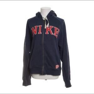 Säljer denna nike spellout zip hoodie köpt på Sellpy! Fint skick men det finns tecken på användning (nopprig osv)