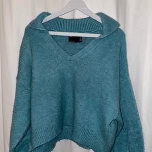 Säljer min blåa/turkosa stickade tröja från asos då jag tycker den är lite liten, och även därför i fint skick. Skriv för fler frågor🤍💙