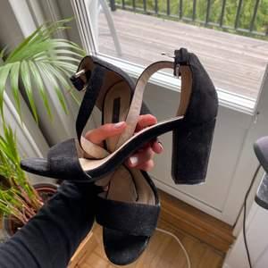 Skor från Nelly.Com, öppna svarta klackar! Snygga och enkla med inte för hög klack! Säljer pga kommer ej till användning