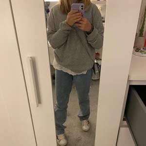Säljer denna snygga gråa stickade tröjan ifrån vero moda. Den är i bra skick och använd få gånger. Den är perfekt nu när det börjar bli kallare. Den passar till väldigt mycket saker. Hör av er om ni har fler frågor💗 köparen står för frakten! Pris kan diskuteras