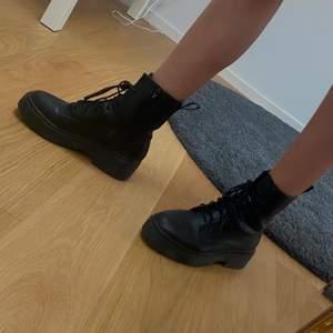 Säljer dessa boots som är så bekväma och supersnygga. De är i storlek 39 och relativt använda men i jättegott skick😉
