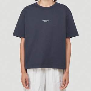 Svart T-shirt från Acne, storlek L men väldigt liten i storlek! Nypris 1700