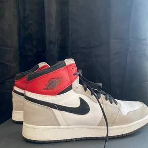 """Jordans High, är använda men ändå i bra skick. Inköpta direkt från Nike SNKRS, det som visas i bild 2. Säljs pga att de är för små för mig. Är i storlek """"barn"""" 40, men skulle säga att de är som en vanlig 40. Kan fraktas, men köparen står för frakten."""