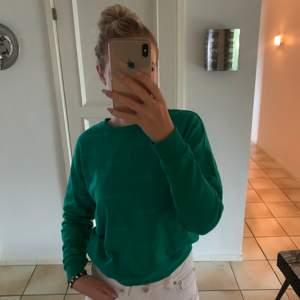Säljer denna fina gröna sweatshirten i Storlek M (passar mig som normalt bär storlek S/M. Använd 1-2ggr, som ny. Skriv vid intresse eller frågor.