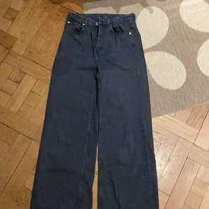Väl använda men absolut inte slitna, high Waist wide jeans från weekday. Marinblåa ❤️