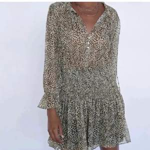Fin klänning ifrån zara i djurmönster i jätte bra skick❣️ storlek: small - men den passar M också 😊