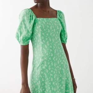 Sjukt snygg klänning från & other stories (helt slutsåld)💚 Jätte fin färg och fint skick då den knappt är använd!!! Köp direkt för 200kr