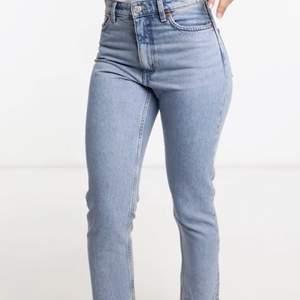 """Så snygga Blå Monki Jeans, storleken är 27 som motsvarar 36/38. Modellen heter """"Kimomo"""" High relaxed. Säljer för att dem inte passar mig:( Hör gärna av er om ni har frågor t.ex som fler bilder.💞 549 kr på Asos hemsida"""
