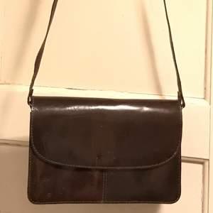 Slitstark, vintage, väska i 100% läder. Många fack, så man får plats me allt vi tjejer behöver😜