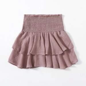 Superfin kjol ( se andra bilden för färgen irl) lite mer beige aktig, svårt och få till färgen på bild! Inte genomskinlig enligt mig💕🌸