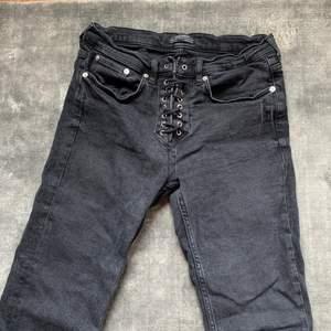 Mörk gråa cropped flare jeans med snörning där fram från Zara. Storlek 36.☺️