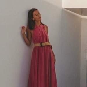 Klänning från H&M Premium Selection i rosa mullbärssiden. 100% silke. Så så fin till speciella tillfällen som bröllop eller som sommarklänning. Använd 1 gång, nypris 1799. Ev fraktkostnad tillkommer.