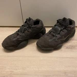 Hej jag säljer nu mina Adidas yeezy 500 utility black som är I storlek 45. Kvitto finns om man vill ha. Skorna är använda 1 gång och är i skick 9. Om du vill ha fler bilder så kan man bara fråga. Skorna kan också bytas mot andra skor.