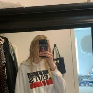 As najs Levis hoodie som är vit. Kommer inte till så mycket användning men är inte säker på om jag vill sälja den. Kom med förslag på pris!🥰