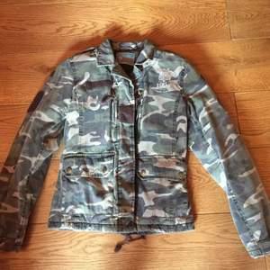 Märke: FUNKY 1994 Modell: Lite varmare jacka i militärstuk Storlek 36/S Skick: Begagnad men i bra skick, se bilder Färg: Grön camo