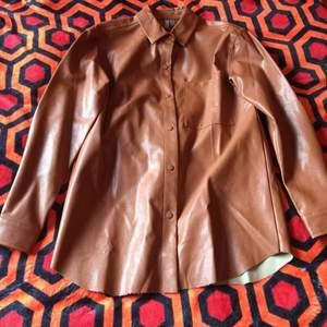 Märke: ASOS Modell: Off-size skjortjacka Storlek EU 36 Skick: Ny med tags Färg: Cognac
