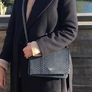 Axelremsväska från märket Dune London. En väldigt praktisk väska! Bra skick.