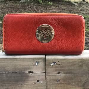 Plånbok, väl använd men är fortfarande fräsch inuti. Inte äkta.