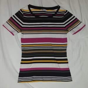 Randig färgglad ribbstickad tshirt.