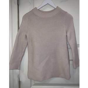 Beige färgad virkad tröja från märket COS i storlek XS. Använd ett par gånger. Sticks inte kroppen, väldigt bekväm och väldigt fin till kjol eller jeans. Allt möjligt.