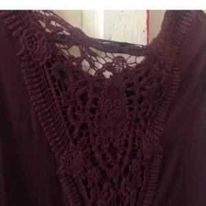 Supersnygg vinröd tröja med spets i ryggen