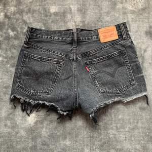 Gråa jeans shorts från Levis i modellen 501. Storlek S☺️