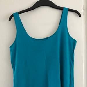 Härligt himmelsblått linne från Gina Tricot, så snygg skurning med djupare rygg 💙 🌸 Storlek S men passar M också ifall man vill ha den tight. 100% ekologisk bomull. I fint skick, knappt använd pga för liten 😞💕 Finaste sommartoppen till kjol eller jeans ✨💋