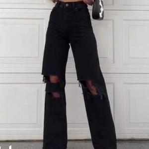 Hej! Jag säljer mina företetts favorit jeans köpta i Italien sommaren 2020. Säljer pågrund av att använder helt enklelt inte längre ligger bara i garderoben. Men iallafall jätte sköna och mjukare tyg en de gråa som ni kanske sätt. Jag är 160