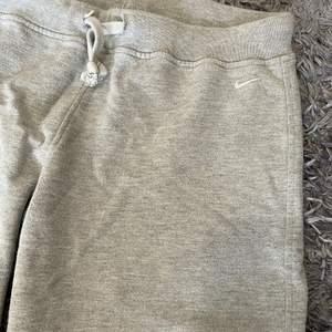 Nike shorts storlek M. Lite mindre i storleken så skulle säga att de passar S