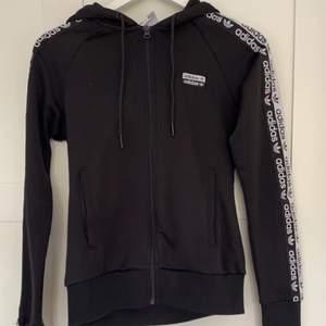 As snygg adidas hoodie, säljer för att den ej är min stil längre😢 Men as bekväm och snygg, köpt på Jdsport för 600 för cirka ett år sen, men de är i topp skick🤩🤩 möts eller står köparen för frakten:)