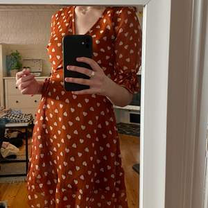 typ brunorange omlottklänning med hjärtan🤍 köpt från asos‼️ aldrig använd, prislappen är kvar :-(