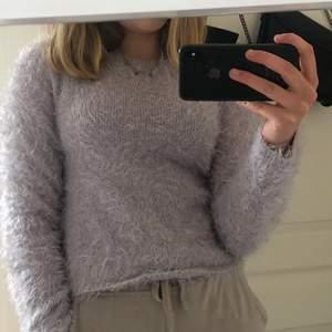Säljer nu denna fluffiga tröja i färgen lila. Använd inte alls mycket därför kände ja för att sälja den. Materialet är väldigt skönt och mjukt. Köparen står för frakt:)
