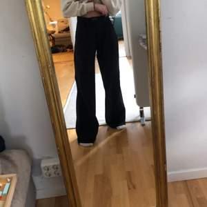 Säljer dessa skit snygga byxor då dem är för stora och för långa på mig.😭Älskar dem verkligen men som sagt så passar dem inte😢 Det är kardborreband i fram istället för dragkedja. Byxorna är vintage och unika.💗🤩Dessa byxor är verkligen as balla och sitter jätteskönt, baggy i modellen. Byxorna är lite lika kostymbyxor men ett tunnare tyg. Kan mötas upp eller frakta❤️❗️kommer starta budgivning om många är intresserade❗️.       budet ligger på 250!